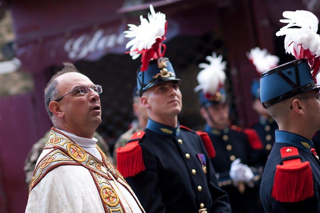 Armée : des députés découvrent les saints patrons et s'offusquent OY1M2656-Copier