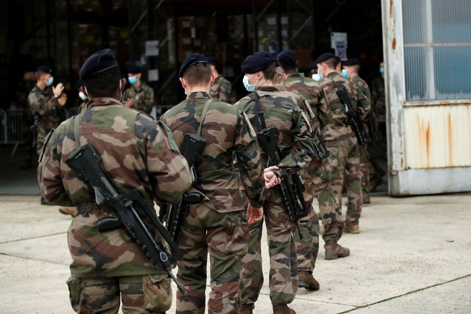 https://lalettrepatriote.com/wp-content/uploads/2020/11/1347590-checknews_french-ground-army-soldiers-arrive-at-the-military-transit-zone-to-collect-their-equipment.jpg
